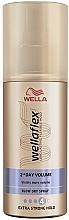Profumi e cosmetici Spray per lo styling, fissazione extra forte - Wella Wellaflex 2nd Day Volume Extra Strong Hold Blow Dry Spray