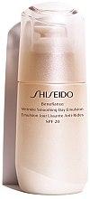 Profumi e cosmetici Emulsione antietà protettiva, da giorno - Shiseido Benefiance Wrinkle Smoothing Day Emulsion SPF 20