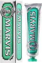 Profumi e cosmetici Dentifricio con xilitolo - Marvis Classic Strong Mint + Xylitol
