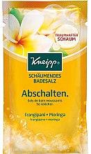 Profumi e cosmetici Sale da bagno - Kneipp Bubbling Mineral Bath Salt Unwind Frangipani and Moringa