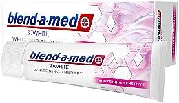 Profumi e cosmetici Dentifricio sbiancante per denti sensibili - Blend-a-Med 3D White Whitening Therapy Sensitive